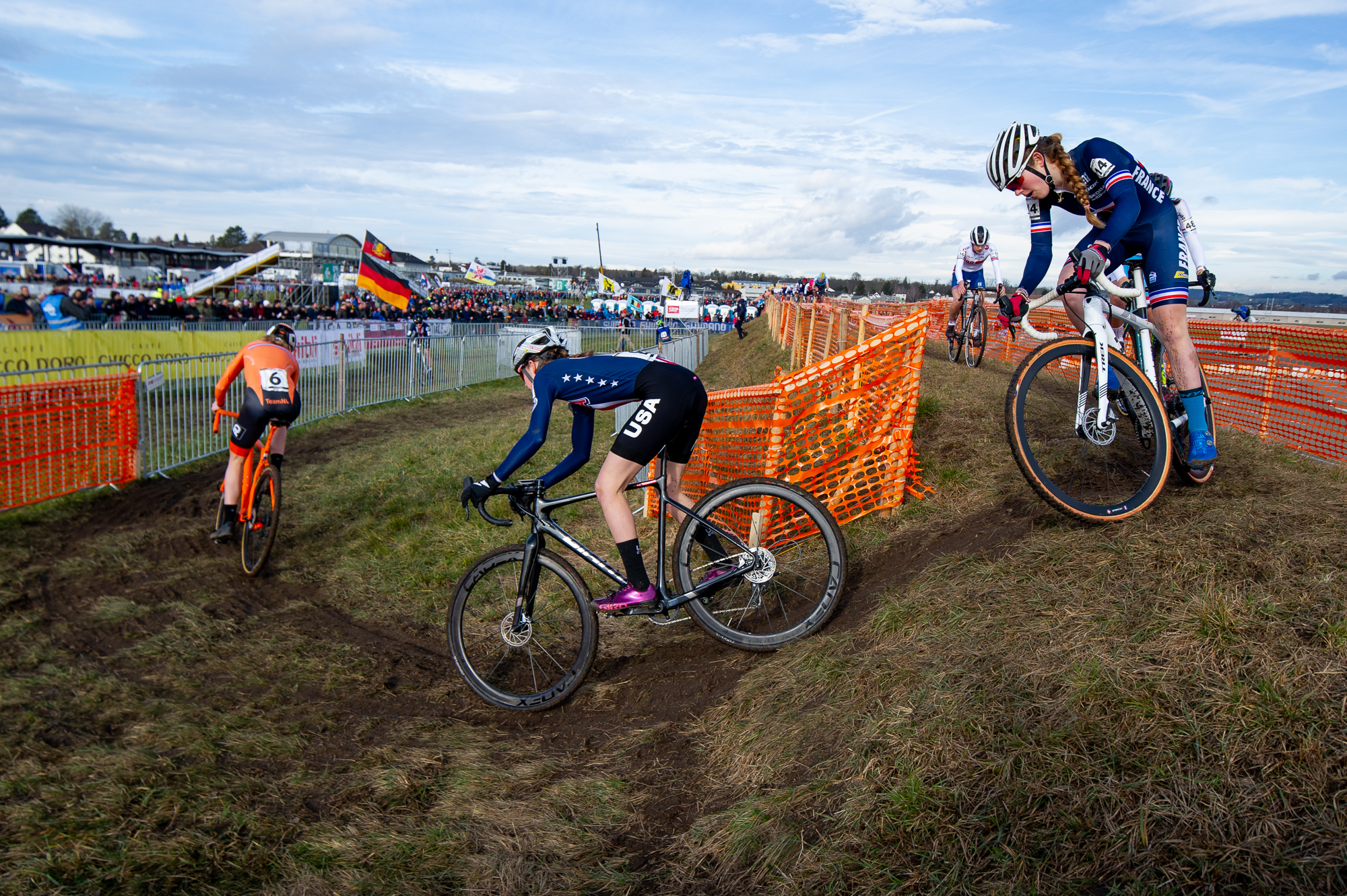 Madigan Munro drops in at the UCI Cyclocross World Championships